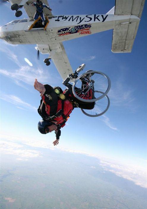 ¿Cómo debo...? ¿Cómo puedo...? Fotografía de una persona en silla de ruedas lanzándose con paracaídas desde una avioneta